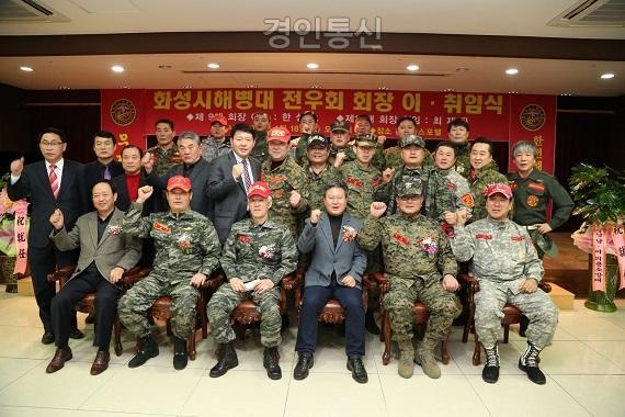조정현사무국장님과 단체.jpg