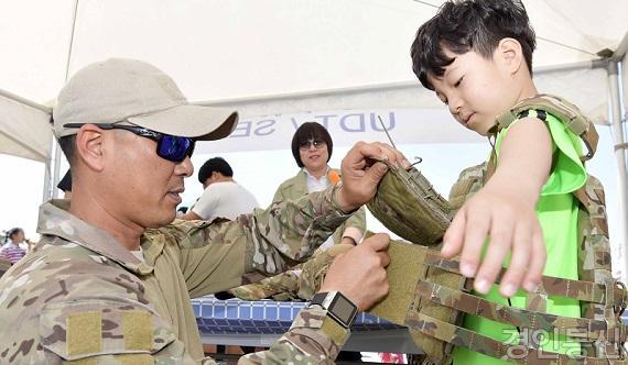 UDT 특수부대 복식 체험을 하고 있다.jpg