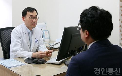 22김수경 교수가 환자에게 여름철 당뇨 관리에 대해 설명하고 있다..jpg